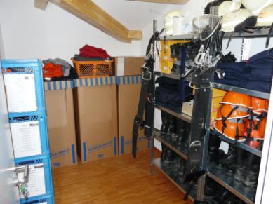 In der Kleiderkammer ist Platz für all die Ausrüstung, die aktuell nicht in Gebrauch ist: Jacken, Hosen, Helme, Handschuhe, Stiefel und vieles mehr.