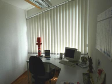 Zu sehen ist das Kommandantenbüro, das mit Schreibtisch, Stuhl und einem PC ausgestattet ist.