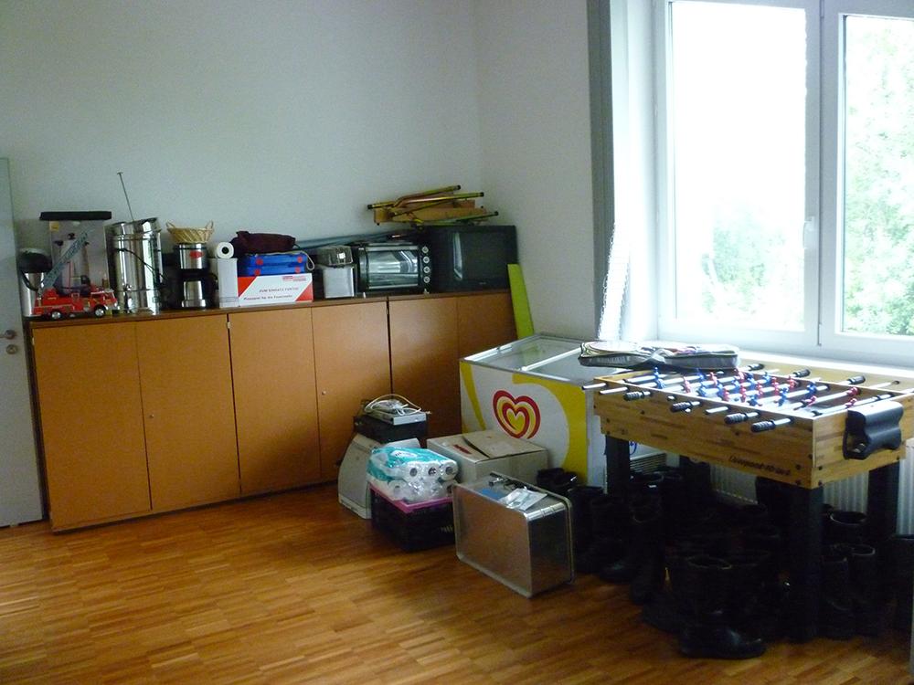 Im Jugendfeuerwehrraum sind neben einem Tischkicker und einer Kühltruhe verschiedene Materialien für die Kaffeestube untergebracht.